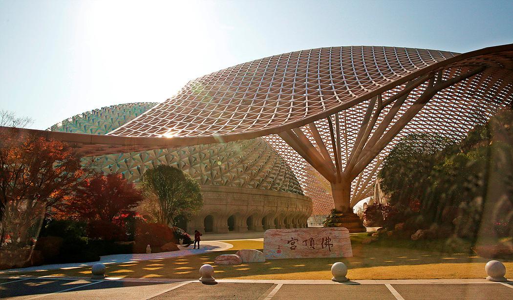 ▲천연광갱을 이용하여 건축된 세계최대의 불정궁
